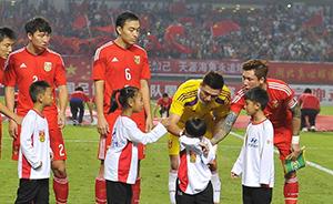"""国足8年后终胜泰国,现场""""复仇气氛""""把球童都吓哭了"""