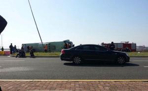 上海一客运大巴侧翻6死43伤,乘客:无人提醒系安全带