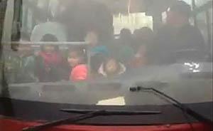山西万荣一无牌校车29座挤了67人,司机无驾照