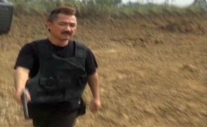 视频| 这不是港片!男子手持双枪与民警对峙