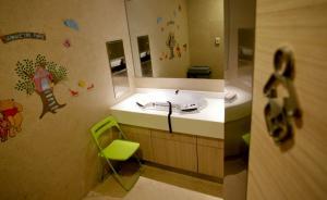 缓解妈妈给孩子喂奶的尴尬:上海或将规范公共场所母婴室建设