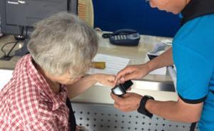 南京将为2万老人免费发放智能腕表,自带GPS系统可防走丢