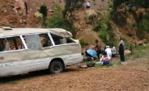 四川满载学生中巴疑因超载坠坡,21人伤