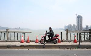 """""""桥坚强""""受伤了:78岁杭州钱塘江大桥部分栏杆被车撞毁"""