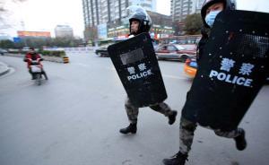 直击| 穿迷彩持盾牌,徐州城管全副武装清理占道摊贩