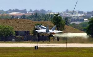 迫降台南的美军F-18战机维修完毕飞离台湾