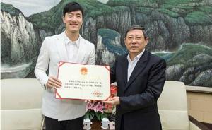 上海市长杨雄为刘翔颁奖状,希望其卸下过去荣誉和挫折的包袱