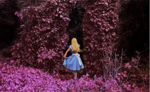 这位摄影师妈妈把女儿装进了蒂姆·伯顿的暗黑童话里