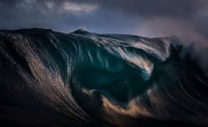 在这位矿工摄影师的眼中,海浪如山一般雄浑