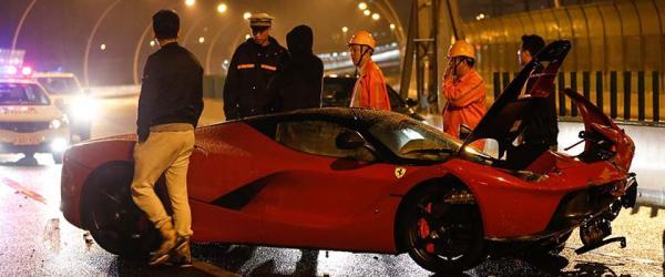 2015年4月29日凌晨,上海中环外圈靠近沪闵高架处,一辆法拉利LaFerrari发生事故,车身严重损毁,没有人员伤亡,交警到场处置。 澎湃新闻记者 刘行喆 图