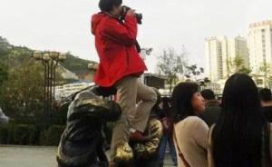 女游客坐红军雕塑头上拍照,城管热线:个人素质问题没法管理
