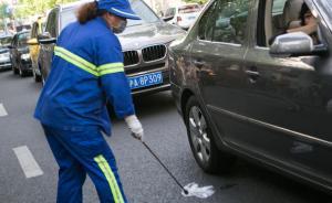 """上海环卫工车流夹缝中艰难清扫,市民呼吁""""请减速温柔对待"""""""