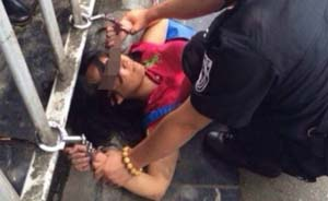 女子桂林汽车站乱刀砍人,警察开枪制服