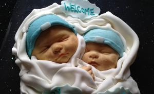 """2015年5月21日报道,英国,当地保健师Stacy Dudding烘焙的""""婴儿""""蛋糕。"""
