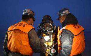 3日凌晨5时,一位潜水员准备下水搜救。