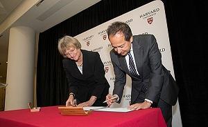 """哈佛大学收到史上最大笔捐赠:校友""""华尔街空神""""的4亿美元"""