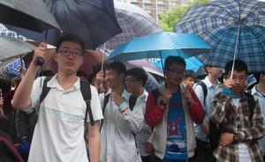 高考次日早高峰遇大雨加地铁故障,上海多考点现警车送考
