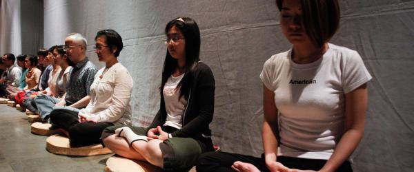 参与禅修体验的游客在打坐。 澎湃新闻记者 高征 图