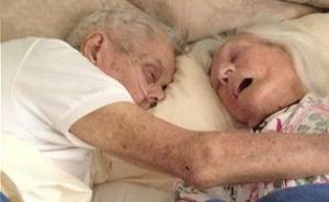 暖闻|青梅竹马,结婚75年,他们手牵着手相拥离世