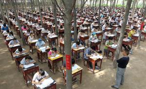 两天来,一场别样的期末考试正在封丘一中校园内上演,为让学生能在放松、公平的环境中考出好成绩,该校将考场搬至室外,让学生在小树林中度过高二的最后时光。CFP 图