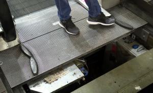 """电梯""""吃人""""因为第二块盖板下是空的?三块盖板下都有空间"""
