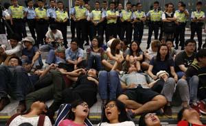 """香港示威者效仿台湾欲""""占领""""立法会,警方拘捕13人"""