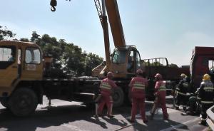 上海高速路养护工被撞2死8伤现场:3个预警牌没能拦住货车