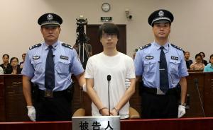 上海交警被拖行致死案被告开庭翻供,否认看到交警扒住其车窗