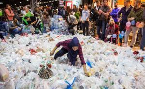 当地时间2015年9月5日,德国法兰克福,数千难民从匈牙利涌向奥地利和德国,欧洲各国正面临二战后最大难民潮。图为志愿者在当地火车站为难民准备了大量物资。  东方IC 图