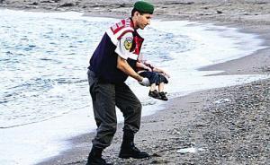 小难民伏尸海滩照旁边登女模卧沙滩广告,法国《世界报》致歉