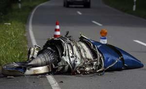 德国一架小型飞机与战斗机相撞坠毁,伤亡不详