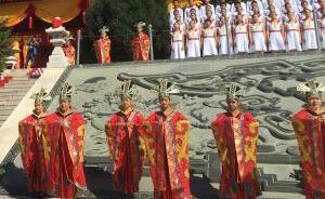 河北涿鹿举行共祭中华三祖大典,上千人向炎黄蚩尤献花篮五谷