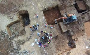 航拍照片显示,在长沙市开福区九尾冲的浏阳河小学建设工地现场,长沙市文物考古研究所专家闻正在对古墓进行考古挖掘。辜鹏博 图