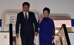 当地时间10月19日晚,习近平与夫人彭丽媛走下飞机。据新华社消息,习近平19日晚抵达伦敦,开始对英国进行国事访问。此访是10年来中国国家主席首次对英国国事访问。
