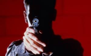 持玩具枪抢金店吓住保安,湖北枣阳一男子抢走金项链后逃走