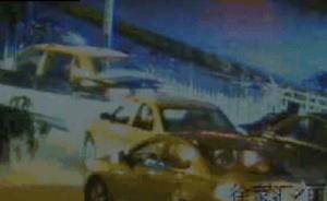 奔驰车顶着人在上海街头深夜狂奔:喝了点酒以为遇到碰瓷
