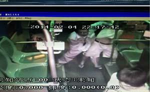 """男子公交上欲性侵女乘客,司机喊5遍""""快来帮她""""无人相助"""