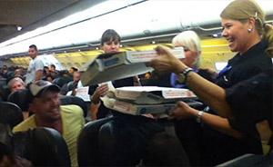 """航班延误,美国机长请乘客吃披萨坚称""""要对他们负责"""""""