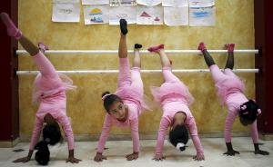 当地时间2015年11月30日公布的照片,加沙城,巴勒斯坦儿童在Al-Qattan儿童中心上芭蕾舞课。图片拍摄于11月25日。