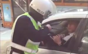 成都一协警掏警棍纠正霸道司机逆停被辞退,违停司机被扣3分