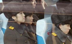 12月10日,访问团成员们在北京站的大巴上。  东方IC 图