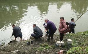 浙牌大货车在上海坠河4人死亡,附近居民纷纷赶来打捞黄酒