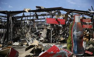 当地时间2015年12月30日,也门萨那,沙特联军持续轰炸当地,炸毁一个可口可乐工厂,厂房沦为废墟,造成至少9人受伤。  东方IC 图