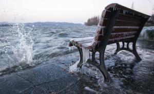 2016年1月24日,浙江省杭州市,受寒潮影响,西湖湖面上的大风将湖水吹上岸,湖边石栏和长凳上挂满了冰凌。 东方IC 图