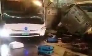 上海浦东机场内行李车与中巴车相撞,无人伤亡行李散落一地