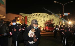 2月6日晚,台南维冠金龙大楼的救援现场,一居民抱着刚刚被救出的小狗,情绪激动。