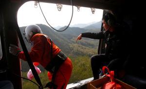 直升机投放救援包。现场的警务航空队队员告诉记者,搜救人员将打火机、食品、水等救援物资装进数十个救援包里,搜寻直升机正将这些搜救包投往孩子可能出现的地区。 东方IC 图
