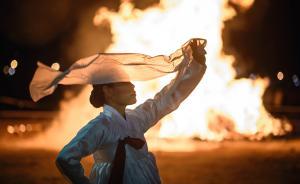 """当地时间2016年2月21日,韩国首尔,民众挥舞燃烧的木棒,迎接""""正月大望日""""。韩国农村还保留着一些正月十五的传统庆祝活动。如""""烧月亮屋"""",用树干或竹子搭成圆锥形的屋架,待圆月升起后,人们用手中的火把点燃""""月亮屋"""",围着火堆欢歌起舞。此外,还有放风筝、拔河、踏桥等活动。视觉中国 图"""