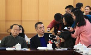 2016年3月4日上午,全国政协十二届四次会议展开分组讨论,陈凯歌接受采访。一旁坐的莫言表情抢眼,他今年的提案是关于中小学学制的。他建取消小升初和中考,10年一贯制直通车。 视觉中国 图