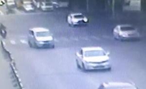 上海一电瓶车闯红灯与公交车发生碰擦,致6名乘客受伤